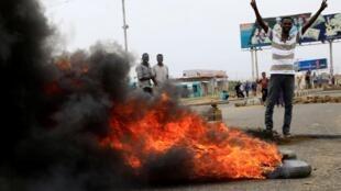 Le mouvement de contestation au Soudan a appelé à poursuivre la mobilisation mardi et rejeté l'appel à des élections par les militaires au pouvoir, au lendemain de la dispersion sanglante d'un sit-in de manifestants à Khartoum.
