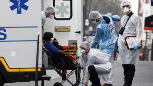 法国新冠疫情形势严峻,图为医护人员在巴黎救助重症患者。
