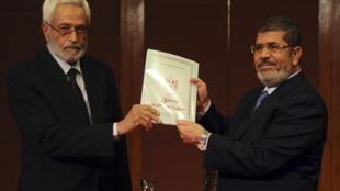 Chủ tịch Quốc hội lập hiến Hossam El-Gheriany (trái), trao dự thảo Hiến pháp cho Tổng thống Mohamed Morsi, 01/12/2012, Cairo.