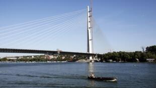 Un nouveau pont permet aux Belgradais de traverser la Save.