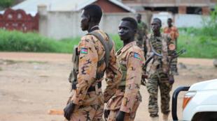 Des soldats et policiers sud-soudanais montent la garde dans une rue à Juba, le 10 juillet, lors des violences qui ont frappé la capitale.
