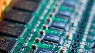 Le fil conducteur mis au point a été créé avec des chaînes d'atomes de phosphore à l'intérieur d'un cristal de silice.