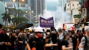 香港示威者與警方對峙。