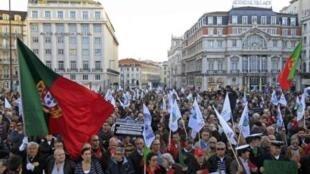 Cerca de 10 mil pessoas participaram da manifestação de protesto dos militares contra os cortes no orçamento, em Lisboa