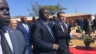 Os presidentes senegalês, Macky Sall, e francês, Emmanuel Macron, inauguram uma escola em Dacar a 2 de Fevereiro de 2018.