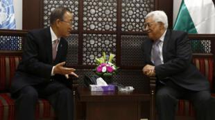 Ban Ki-moon (G), le secrétaire général des Nations unies, et Mahmoud Abbas (D), le président de l'Autorité palestinienne, en discussion à Ramallah, ce mercredi 21 octobre 2015.