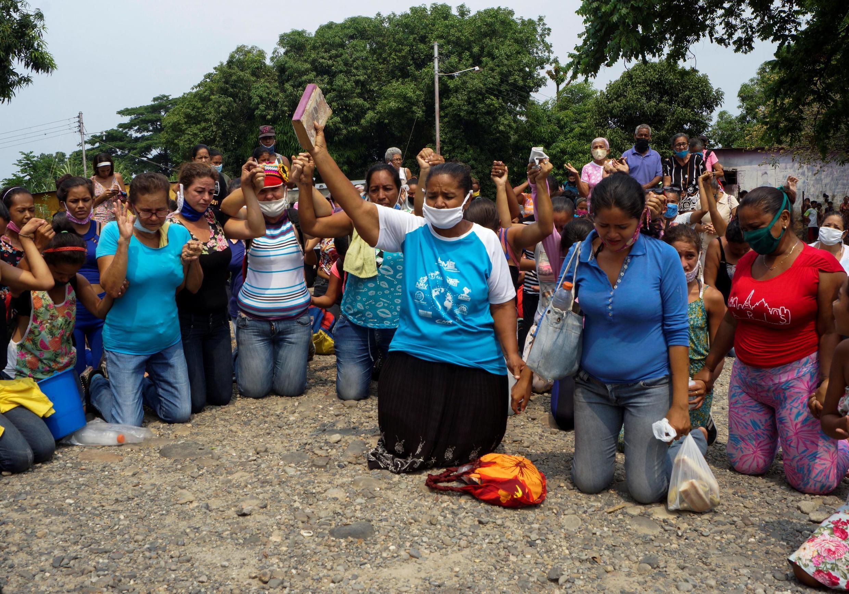 Des proches des détenus du pénitencier de Los Llanos protestent après la mutinerie meurtrière survenue la veille, le 1er mai 2020.