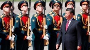 图为中国国家主席习近平2019年6月5日抵达俄罗斯国事访问