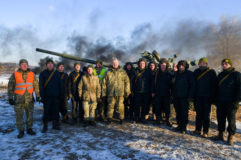 """Президент Украины Петр Порошенко (в центре) с солдатами 169-го тренировочного центра """"Десна"""" в Черниговской области. 28 ноября 2018 г."""
