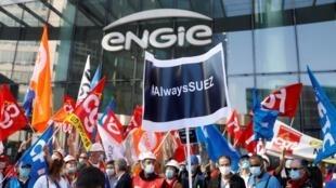 Des employés de Suez manifestent au siège d'Engie, à La Défense, le 22 septembre 2020.