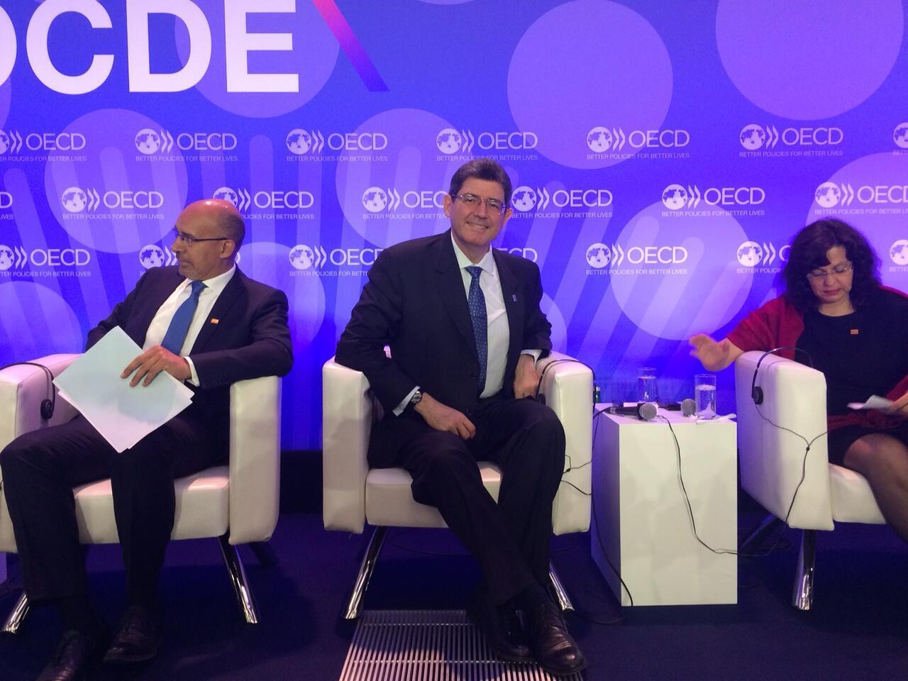 O ministro da Fazenda, Joaquim Levy (centro), participa de uma série de eventos nesta quarta-feira na sede da OCDE, em Paris.
