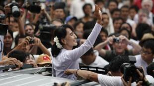 Аун Сан Су Чжи на выходе из офиса Национальной лиги за демократию 02/04/2012