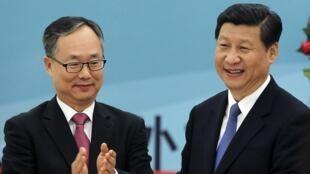 Le vice-président chinois Xi Jinping (d.) au côté de l'ambassadeur de Corée du Sud, Lee Kyu-hyung, à Pékin le 31 août 2012. C'est l'une des dernières photos officielles du numéro deux chinois.