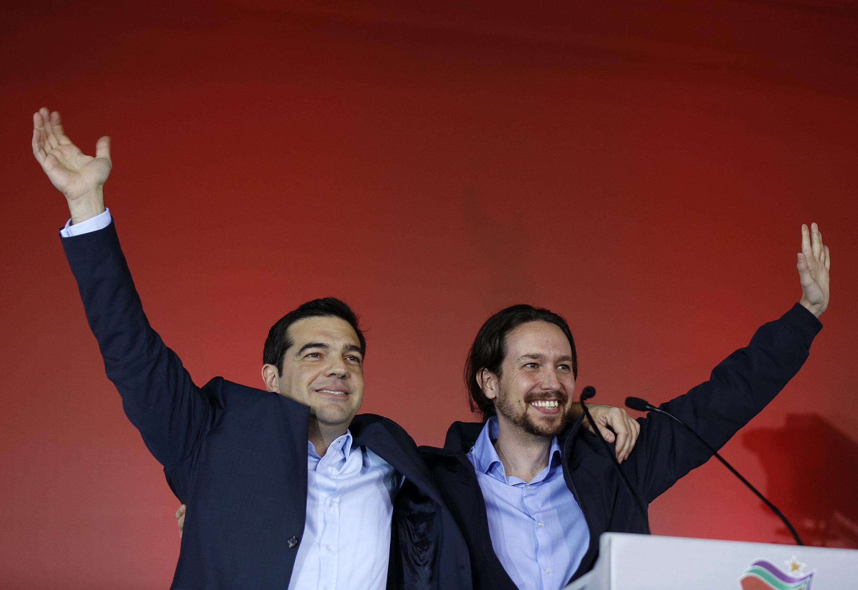Alexis Tsipras, líder do Syrisa e novo primeiro-ministro grego, e o chefe do partido espanhol Podemos, Pablo Iglesias, durante um comício em Atenas, em 22 de janeiro de 2015.