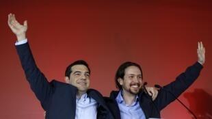 Alexis Tsipras, leader de Syrisa et nouveau Premier ministre grec (G) avec le chef du parti espagnol Podemos Pablo Iglesias, le 22 janvier 2015, à Athènes lors d'un meeting de campagne.