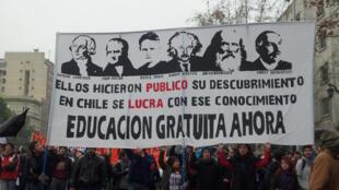 «Ils ont rendu publiques leurs découvertes. Au Chili, on fait des bénéfices sur ces connaissances. Éducation gratuite maintenant».