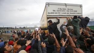 Распределение продовольствия в лагере мигрантов на греко-македонской границе, 10 марта 2016.