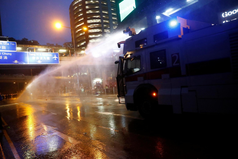 Cảnh sát Hồng Kông dùng vòi rồng phun vào người biểu tình ở Tsuen Wan, ngày 25/08/2019.