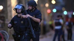 Les forces de l'ordre déployées sur le lieu de l'attentat, le 17 août 2017 à Barcelone.