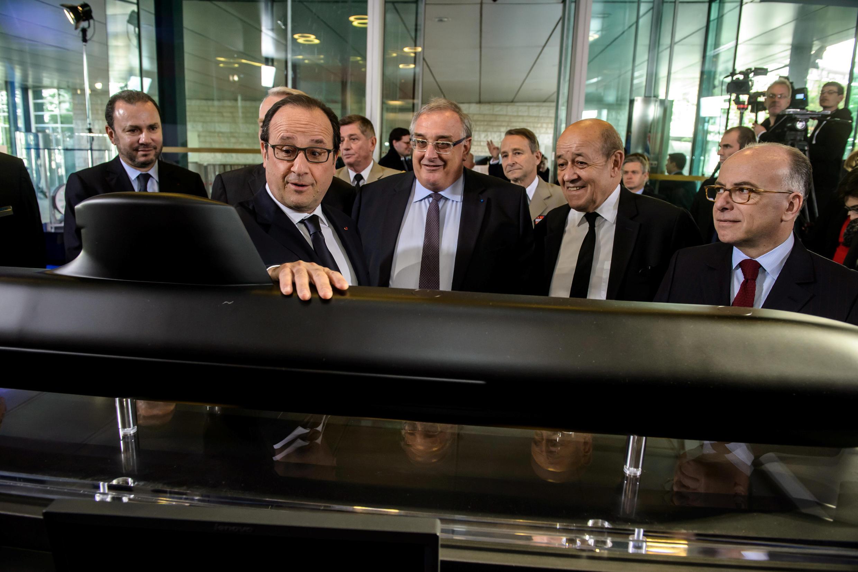 Tổng thống Pháp François Hollande (T) xem một mô hình tầu ngầm của tập đoàn DCNS cùng với chủ tịch tập đoàn Herve Guillou, bộ trưởng Quốc Phòng Jean-Yves Le Drian và bộ trưởng Nội Vụ Bernard Cazeneuve, ngày 26/04/2016.