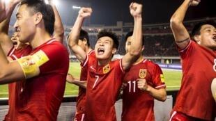 Les membres de l'équipe nationale chinoise de football, après leur victoire contre le premier de leur groupe qualificatif pour le Mondial 2018, le Qatar. Xi'an, le 29 mars 2016.
