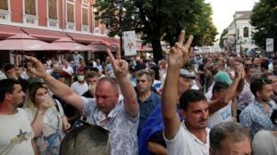 Des manifestants défilent dans les rues de Shrkodra lors de la campagne électorale du Premier ministre Edi Rama, le 20 juin 2019.