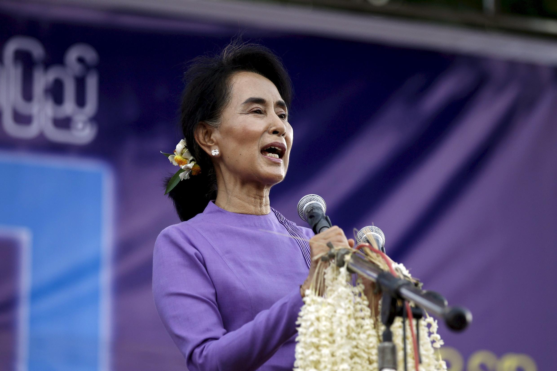 Lãnh tụ đối lập Miến Điện Aung San Suu Kyi nói chuyện với những người ủng hộ trong một chuyến thăm thị trấn Mawlamyaing, tại bang Mon, ngày 16/05/2015.
