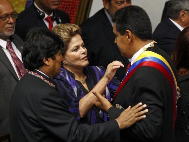 Nicolás Maduro (d) sendo parabenizado pela presidente brasileira Dilma Rousseff e o boliviano Evo Morales durante a cerimônia de posse.