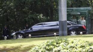 Chiếc Limousine được cho là chở lãnh đạo Bắc Triều Tiên Kim Jong Il đang rời khỏi Nhà khách chính phủ ở Nam Kinh, tỉnh Giang Tô, Trung Quốc ngày 24/5/11.