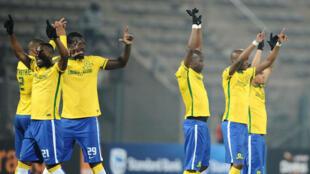 Wachezaji wa klabu ya Mamelod Sundowns wakiwapungia mkono mashabiki baada ya kufuzu fainali kwa kuwaondoa Zesco United ya Zambia