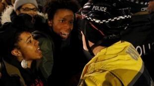 Raia wa ngozi nyeusi wakiandamana na kupambana na polisi wa kizungu nchini Marekani.