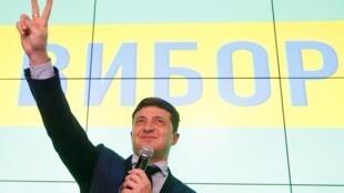 Владимир Зеленский впервые обратился к властям России в качестве избранного президента