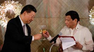 Chủ tịch Trung Quốc Tập Cận Bình và tổng thống Philippine Duterte nâng ly trong buổi dạ tiệc tại Dinh Tổng Thống, Manila, ngày 20/11/2018.