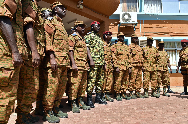 Le lieutenant-colonel Zida, entouré d'officiers à l'issue d'une réunion des chefs d'état-major de l'armée burkinabè, dont il est sorti adoubé.