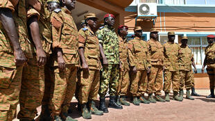 Au centre en uniforme dépareillé, le lieutenant-colonel Zida, entouré d'officiers à l'issue d'une réunion des chefs d'état-major de l'armée burkinabè, qui l'ont désigné pour assurer la transition.