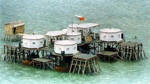 Cờ Trung Quốc trên một cụm nhà sàn tại một đảo ở Trường Sa, Biển Đông. Ảnh tư liệu (REUTERS)