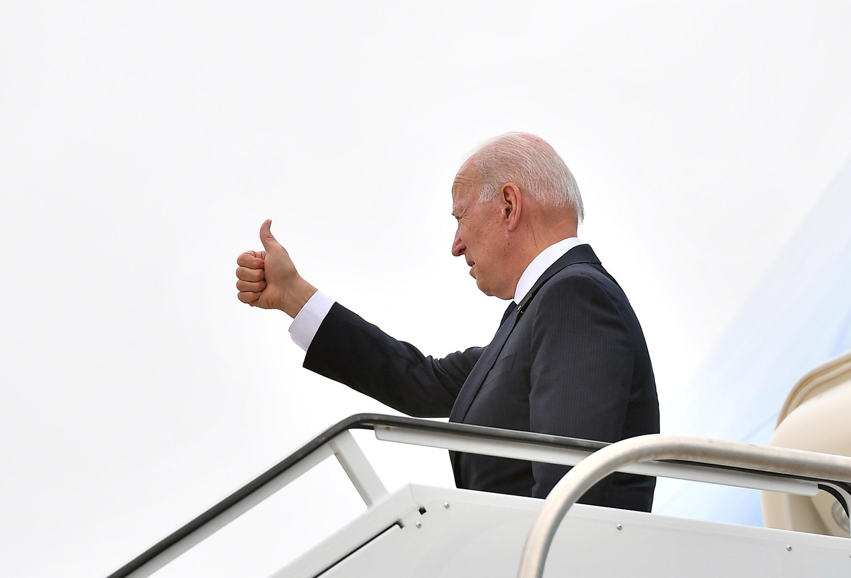 Le président américain Joe Biden monte à bord d'Air Force One à Tulsa, Oklahoma, le 1er juin 2021.