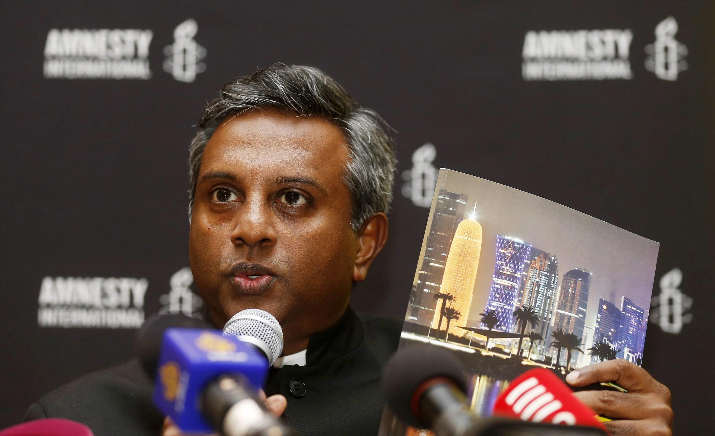 Tổng thư ký Amnesty International Salil Shetty họp báo tại Doha, 17/11/2013, công bố báo cáo về tình trạng bóc lột lao động nhập cư của Qatar