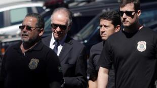 Chủ tịch Ủy ban Olympic Brazil, Carlos Arthur Nuzman ( thứ 2 từ trái qua) được đưa đến thẩm vấn tại sở Cảnh Sát Liên Bang tại Rio de Janeiro, ngày 05/09/2017.