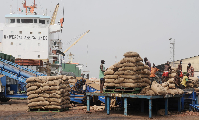La plupart des produits à base de chocolat en Afrique sont importés de l'extérieur, à cause du manque d'usines de transformation du cacao sur le continent. Ici, un chargement de cacao en transit au port d'Abidjan, en 2011. (Photo d'illustration)