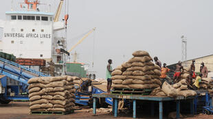 Un chargement de cacao en transit au port d'Abidjan.