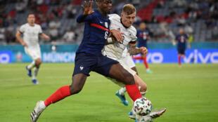 Le milieu de terrain français Paul Pogba, aux prises avec son homologue allemand Toni Kroos, lors de leur match (groupe F) de l'Euro 2020, le 15 juin 2021 à Munich