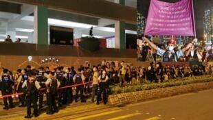 市民悼念周梓乐,警员在场戒备,一度举旗指叫反修例口号可能违反国安法2020年11月9日