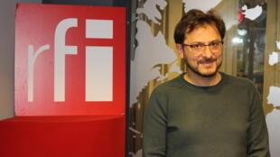 اسفندیار دانشور در استودیو رادیو بینالمللی فرانسه