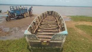 La barque naufragée a été repêchée dans le lac Ahémé, au Bénin.