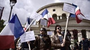 Des manifestants répondant à l'appel de la CFDT, la Fage et l'Unsa, le 1er mai 2017 à Paris.