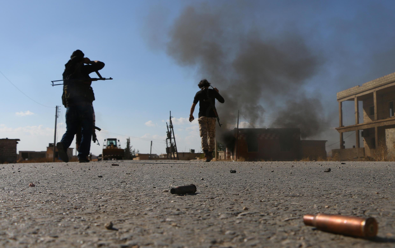 Wapiganaji wa kundi a waasi la Free Syrian Army (FSA), wakipambana dhidi ya kundi la Islamic State katika mji wa Dabiq, Oktoba 15, 2016.