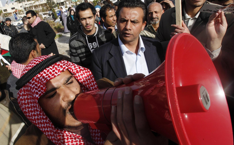 Manifestantes lanzan consignas contra el gobiero jordano y egipcio en Ammán.