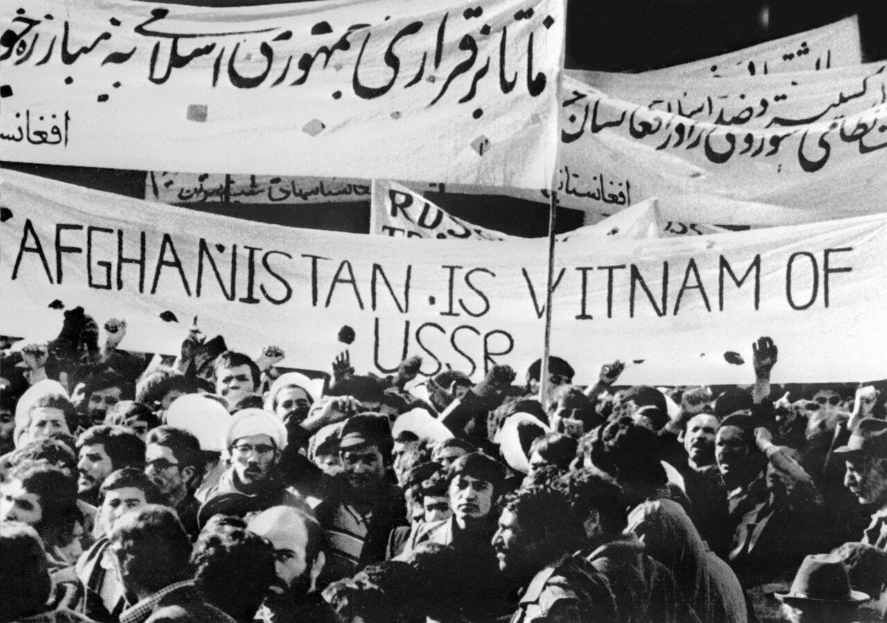 Estudantes afegãos manifestam em Cabul contra a ocupação soviética a 1 de Janeiro de 1980.