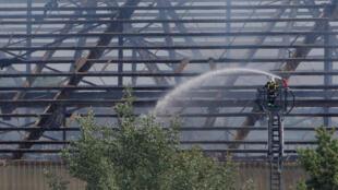 Здание склада, на котором произошел взрыв, выгорело полностью